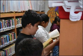 ?? CONTRIBUTED PHOTO ?? Woodville students take advantage of the school's new, expanded library.