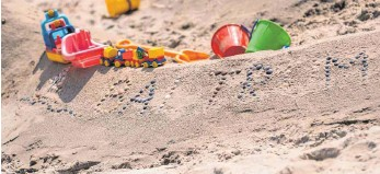 ?? FOTO: MOHSSEN ASSANIMOGHADDAM/DPA ?? Schaufel geschnappt, Wall aufgeschüttet und mit Muscheln verziehrt: Die Strandburg – hier mit Schriftzug Baltrum –prägte über viele Jahrzehnte das Bild vom Strandurlaub.