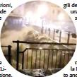 ??  ?? Il Ponte sul Sesia crollato per la furia dell'acqua per le piogge abbonandanti delle ultime ore. Era stato riaperto poche ore prima dopo che era stato chiuso per prudenza