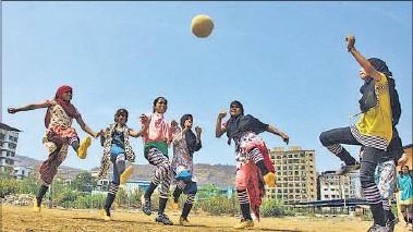 ?? PHOTOS: PRAFUL GANGURDE ?? Girls practise for Fatima Bi Savitrabai Football Tournament to be held in Mumbra on Tuesday.