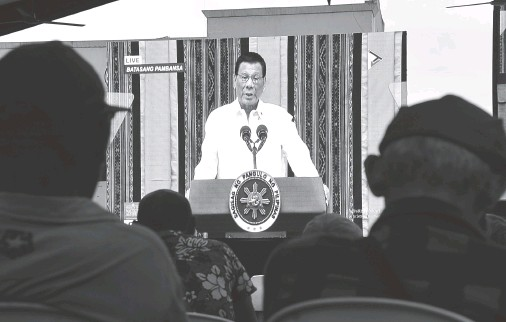 ??  ?? DAVAOEÑOS listen to the speech of President Rodrigo Duterte during his state of the nation address on Monday. The local government has set up a wide screen project at Rizal Park where the public can watch for free. BING GONZALES
