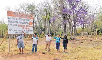 ??  ?? Vecinos de la Villa Don Bosco y de las villas de Mbayue reclaman las tierras a la congregación.