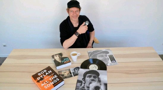 """?? Bild: Martin Erlandsson ?? På sin nya skiva som Vargen sjunger Reine Johansson Ulf Dagebys tolkning av Bob Dylans """"Tomorrow is a long time"""" (""""Men bara om min älskade väntar) och åtta egna översättningar till svenska. Albumet """"Tänk inte efter"""" släpps digitalt, på cd och vinyl den 26 april."""