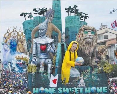 ??  ?? La maschera di Greta sul carro di Carnevale; l'attivista pensa che la terra sarà distrutta dal surriscaldamento globale. Sotto l'alternanza del clima nei secoli
