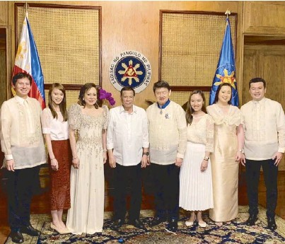 ??  ?? (From left) Christo­pher Brian Lim, Pauline Mae Hen­rie Lim, Rita Lim, Pres­i­dent Duterte, Or­der of the Lakan­dula Grand Of­fi­cer (Marin­gal na Pi­n­uno) awardee SL Agritech Corp. (SLAC) chair­man and CEO Henry Lim Bon Liong, Hazel Laverne Lim Lee Hok, Michelle Laverne Lim-Gan­kee and Os­mond Gan­kee dur­ing the con­fer­ment cer­e­mony held at Mala­cañan Palace