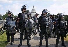 ?? Foto: Michael Reynolds (EPA) ?? Die Polizei markiert Präsenz vor dem Capitol.