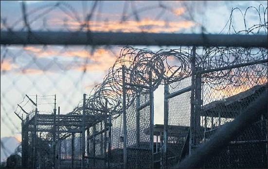?? CHARLES DHARAPAK / AP ?? El campo Rayos X, el primero que se creó en la base de Guantánamo y que ahora está cerrado, en una imagen de noviembre del 2013