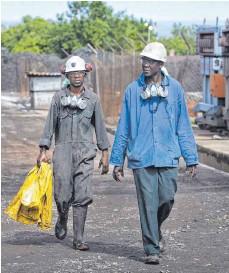 ?? FOTO: THOMAS TRUTSCHEL/IMAGO IMAGES ?? Arbeiter in einer Kupfermine in Sambia: Die Konzernverantwortungsinitiative will Schweizer Firmen zwingen, beim Geschäftemachen im Ausland penibel auf Menschenrechte und Umweltschutz zu achten.