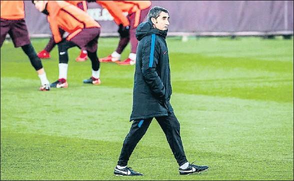 ?? LLIBERT TEIXIDÓ ?? Ernesto Valverde, durante el entrenamiento de ayer, con los jugadores estirando al fondo