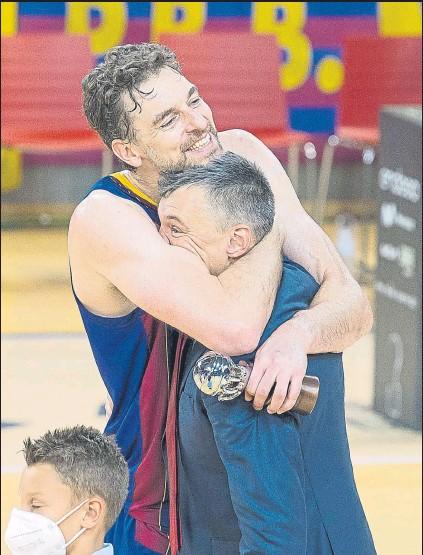 ?? FOTO: PERE PUNTÍ ?? Abrazo de Gasol y Jasikevicius tras la ceremonia final. La operación del regreso de Pau acabó con gran éxito