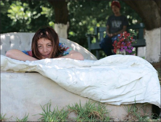 ??  ?? STORIED BED: Artist Lesley Perkes lies on the concrete bed associated with the 'Troyeville Bedtime Stories' in Panorama Park.