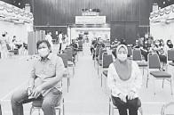 ??  ?? SELESA: Malcom (kiri) dan Simoi semasa menerima suntikan dos kedua vaksin di Pusat Pemberian Vaksin COVID-19 di Dewan Suarah Sri Aman, kelmarin.
