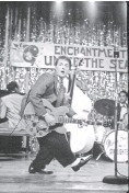 ?? RALPH NELSON, UNIVERSAL STUDIOS ?? Michael J. Fox tries out a little Chuck Berry on a 1950s crowd in Back to the Future.