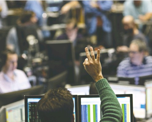 ?? DAN Acker / BLOOMBERG FILES ?? A trader works in the Cboe Volatility Index pit on the floor of Cboe Global Markets Inc. in Chicago. Some traders are betting volatility may quickly return amid concerns about stretched valuations and signs of froth in risk assets.