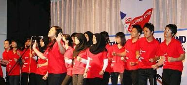 ??  ?? KDU University College preuniversity students performing a heartfelt choir piece during the ceremony.