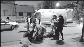 ??  ?? Momento en que el motociclista accidentado es trasladado en ambulancia al Hospital Pirovano