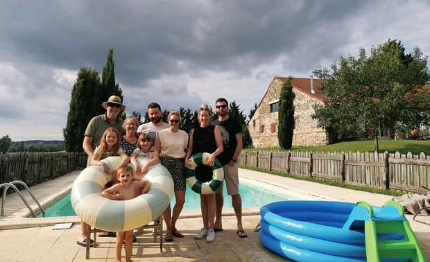 ?? FOTO RR ?? De familie Jamers bij het zwembad van hun vakantiehuis in St. Pierre de Caubel, tussen Bordeaux en Toulouse.