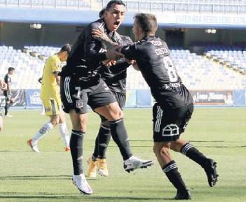 ??  ?? Paredes se abraza a Costa tras su gol salvador.
