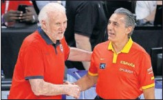 ??  ?? Gregg Popovich saluda a Sergio Scariolo al concluir el partido.