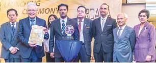 ??  ?? From left: Domestic Trade, Cooperatives and Consumerism ministry (KPDNKK) head of secretary Datuk Sri Jamil Salleh, Hamzah, SME Corp Malaysia deputy CEO Karunajothi Kandasamy, MIEC chairman Mathuraiveran Marimuthu, MITI deputy secretary general of...