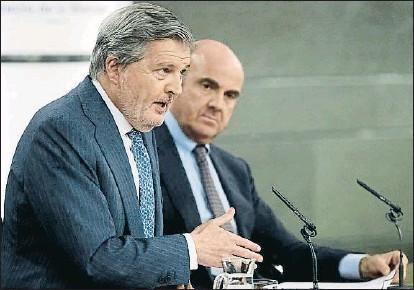 ?? DANI DUCH ?? Méndez de Vigo, con el titular de Economía, Luis de Guindos, ayer tras el Consejo de Ministros