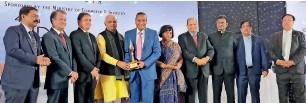 ??  ?? GOLD STANDARDS: Ramesh Vora accepting the award from Piyush Goyal