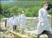 ?? PTI ?? Health workers visit the Weyan village of Bandipora.
