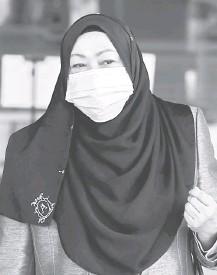 ??  ?? PECAH AMANAH: Hasanah meninggalkan Kompleks Mahkamah Kuala Lumpur selepas perbicaraan kes pecah amanah AS$12.1 juta (RM50.4 juta) yang dihadapinya, didengar di hadapan Hakim Datuk Ahmad Shahrir Mohd Salleh di Kuala Lumpur, semalam.