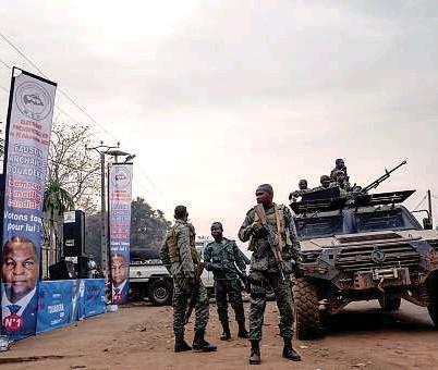 ?? EFE / EPA / ADRIENNE SURPRENANT ?? Soldados centroafricanos patrullan las calles de Bangui durante las elecciones.