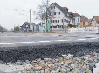 """?? FOTO: RWE ?? """"Die Bauarbeiten am Bahnübergang in Kehlen sind abgeschlossen"""", teilt eine Bahnsprecherin mit. Statt der Bodan-Platten kommt nun doch wieder Asphalt zum Einsatz. Jetzt wird nach einem Termin für die Verkehrsschau gesucht."""