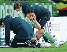 ??  ?? Blutüberströmt: Milos Veljkovic musste kurz nach der Pause mit einer Platzwunde behandelt werden.