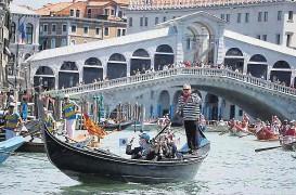 ?? Foto: EPA ?? Die Wiedergeburt der Bootsfahrt zelebrierten zahlreiche Gondolieri in der italienischen Lagunenstadt Venedig, indem sie mit 200 Schiffchen den Canal Grande hinunterpaddelten. Noch ist der Ansturm der Touristen auf Venedig nicht allzu groß, dennoch freuen sich die Italiener auf ein bisschen Normalität nach dem Corona-Lockdown.