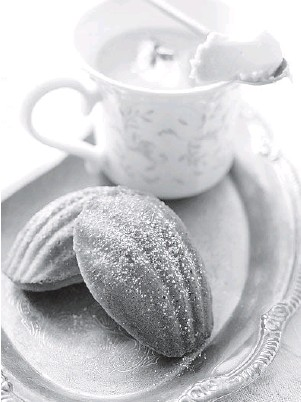 ?? CHICAGO TRIBUNE FILE ?? French madeleines are the perfect accompanim­ent to an afternoon cup of tea.