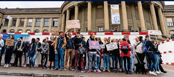 ?? FOTOS: 20MIN/MARCO ZANGER/GIANNI WALTHER ?? In Zürich versammelten sich die Studentinnen und Studenten bei der ETH und bei der Universität Zürich.
