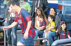 ?? PEP MORATA ?? Messi con su esposa y la del exportero Pinto, sosteniendo a sus hijos