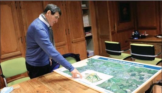 ??  ?? Le maire de Carentan-les-marais, Jean-pierre Lhonneur, dans son bureau, présente le projet Gloria lundi 21 décembre 2020.