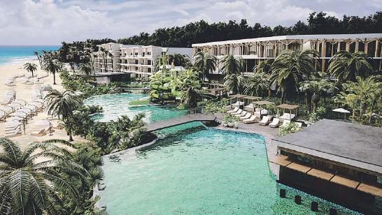 ??  ?? Las 314 habitaciones para familias y adultos del Sandos Palm Bay estarán distribuidas por siete edificios de cuatro pisos. Abajo, uno de las habitaciones de Sandos Costa del Sol.