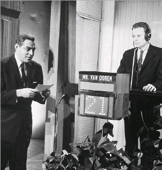 ?? Hulton Archive ?? Host Jack Berry (left) asks a question of contestant Charles Van Doren, who stands within an isolation booth, during an episode of quiz show Twentyone, circa 1958. Van Doren inspired the movie Quiz Show.