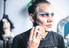 ??  ?? Santiago Galindo dedica cerca de tres horas a maquillarse para darle vida a su personaje, Artemisa.