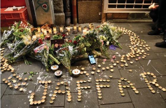 ??  ?? En femtonåring sköts ihjäl vid en pizzeria i Malmö på lördagen, en jämnårig vårdas för livshotande skador. På söndagen vallfärdade ungdomar från både Malmö och omkringliggande orter till minnesplatsen för att tända ett ljus för Jaffar.