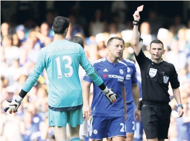 ?? AP ?? Chelsea's Thibaut Cour­tois is shown a red card by ref­eree Michael Oliver dur­ing the English Premier League football match be­tween Chelsea and Swansea City at Stam­ford Bridge, Lon­don, yesterday.