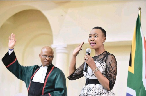 ?? THOBILE MATHONSI African News Agency (ANA) ?? MINISTER of Communications Stella Ndabeni-Abrahams takes the oath during the swearing in of cabinet ministers by Chief Justice Mogoeng Mogoeng at Sefako Makgatho Presidential Guest House last month.