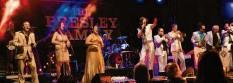 ?? Foto: Thomas Hack ?? Mit rockigen Disco‰Hits und ausgelassenem Las‰Vegas‰Feeling sorgte die Presley Fa‰ mily für Begeisterungsstürme im Publikum.
