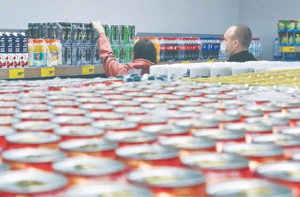 ?? Фото: Александр Щербак/ТАСС ?? < Согласно новой концепции РОП, к началу 2022 года в стране должна быть введена 100-процентная утилизация упаковки. Сейчас нормативы на утилизацию разных товаров и видов упаковки колеблются от 10 до 45%