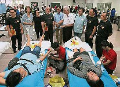 ??  ?? 陳渼欣(左二起)、李淑玲、莊耿康、麥俊華、彭文寶等人在分享會結束後,鼓勵現場捐血者。