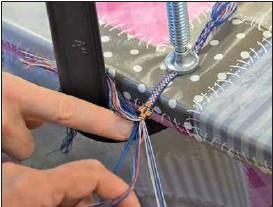 ??  ?? BRICKVÄVNING. Tekniken används för att bland annat göra strumpeband till dräkten. Banden är endast sex millimeter breda.