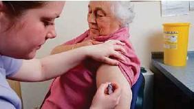 ??  ?? WARGA emas perlu mengambil vaksin influenza setiap tahun.