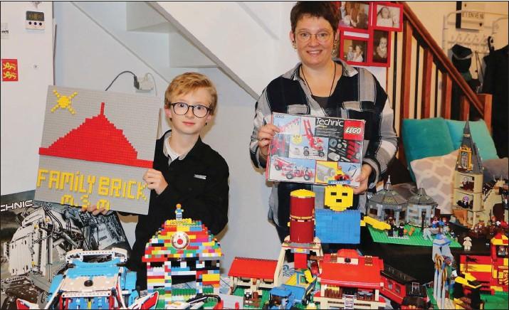??  ?? Nathan Belliard et sa maman Sabrina Charbonnel habitent à Mortain. Sabrina tient dans ses mains la première boîte de Legos reçue en 1988 de son oncle aujourd'hui décédé.