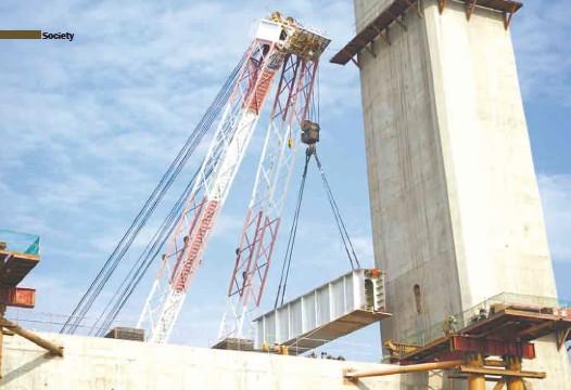 ??  ?? The bridge being outfitted with box girders建设中的赤壁长江公路大桥正在调装箱梁