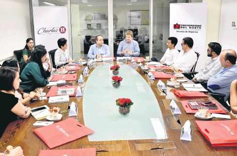 ?? FOTOS LUIS RODRÍGUEZ ?? El decano de la Escuela de Negocios de la Universidad del Norte, Octavio Ibarra, fue el encargado de dirigir el debate de los empresarios.